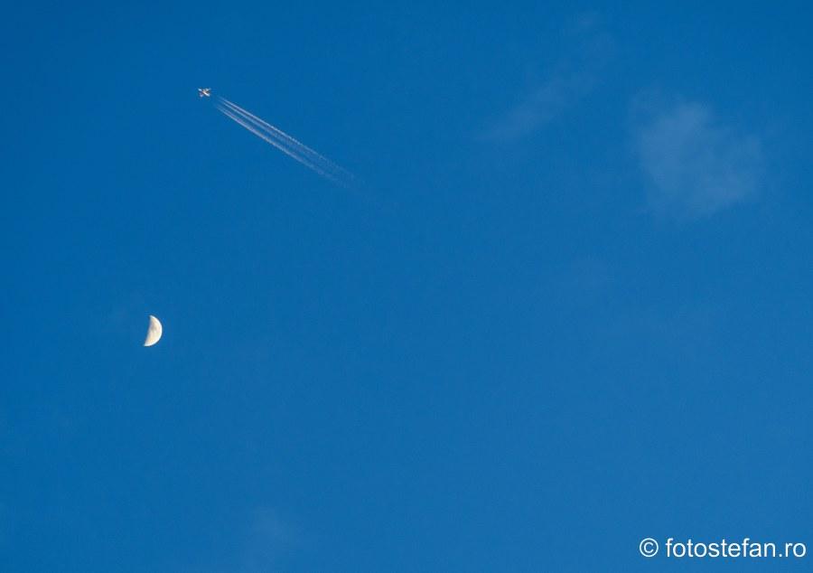 poza luna avion dare contrails cer fotografie