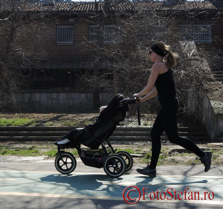 mamica alergind cu caruciorul