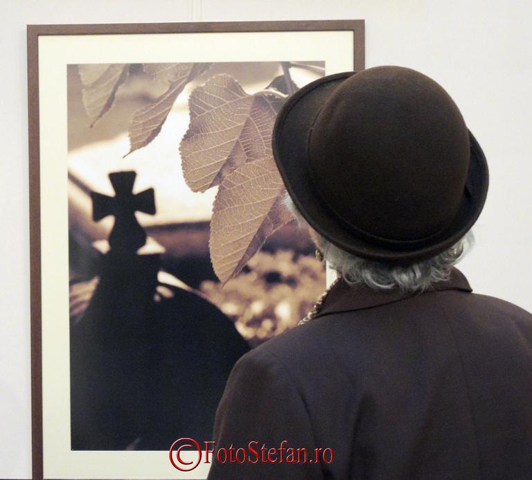 vizitator expozitie de fotografie religioasa