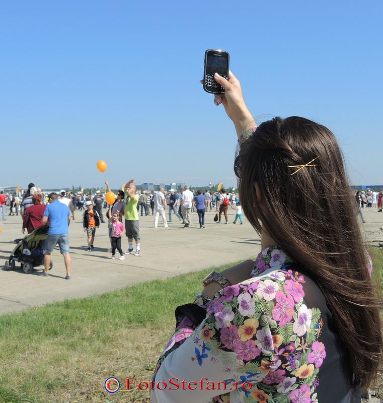 fotograf cu smartphone spectacol aerian