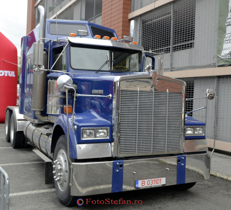 camion american Kenworth albastru