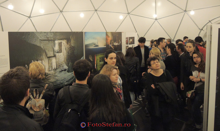 vizitatori expozitie fotografie de presa
