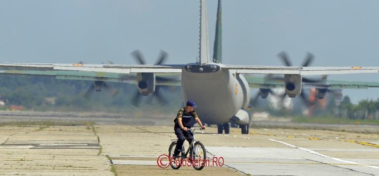 cu bicicleta pe pista avionului