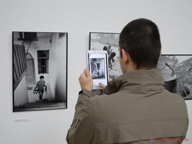 fotografiind fotografii la expozitie