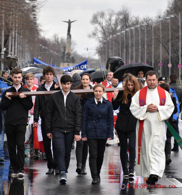 Tineri poarta 'Crucea Zilei Mondiale a Tineretului'