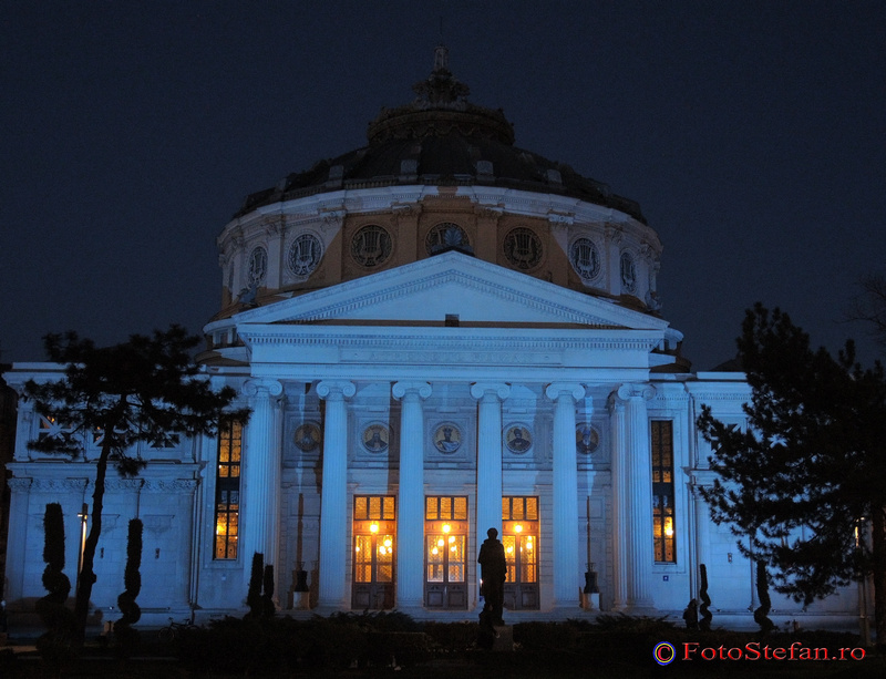 ateneul roman iluminat albastru