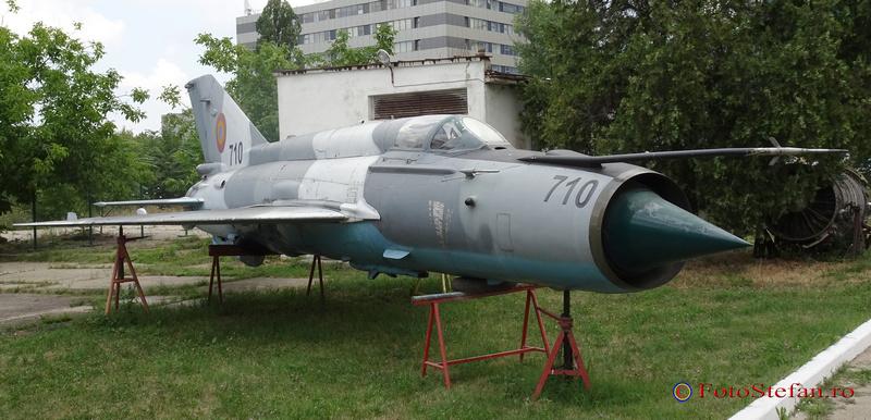 Mig pe butuci curtea Muzeul Aviatiei Române