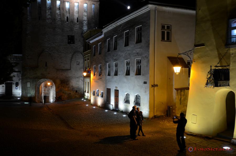 turisti cetatea sighisoara noaptea
