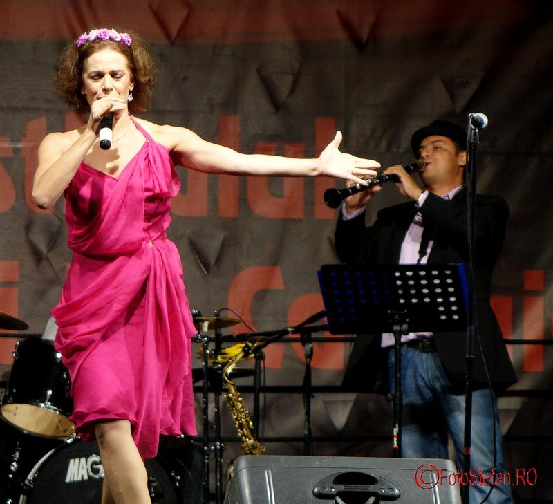 foto Maia Morgenstern si Bucharest KLEZMER BAND la festivalul Bucurestii lui Caragiale