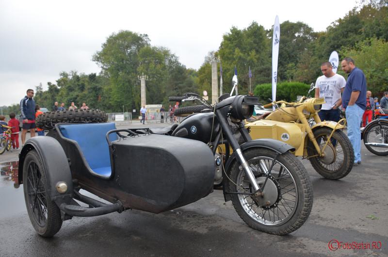motocicleta de epoca cu atas