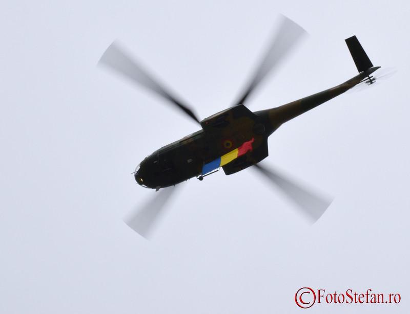 poza elicopter IAR 330 Puma cu steagul Romaniei