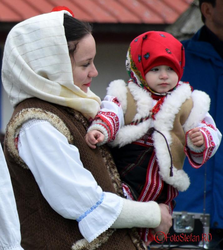 poze fata costum popular muzeul satului bucuresti