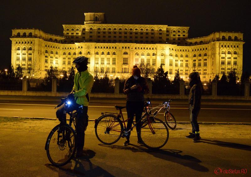 poza biciclisti palatul parlamentului bucuresti earth hour