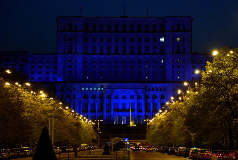 poza parlamentul romaniei iluminat albastru Ziua Internationala de Constientizare a Autismului