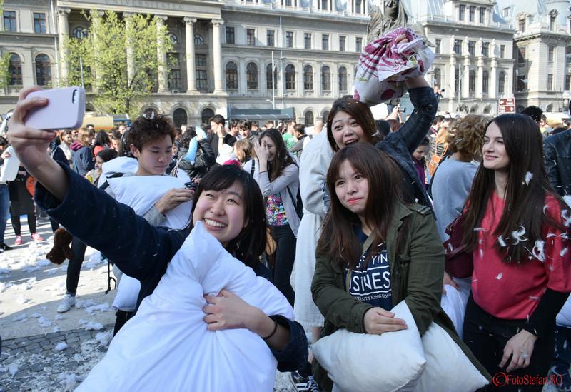 poza selfie fete asiatice bataie cu perne bucuresti