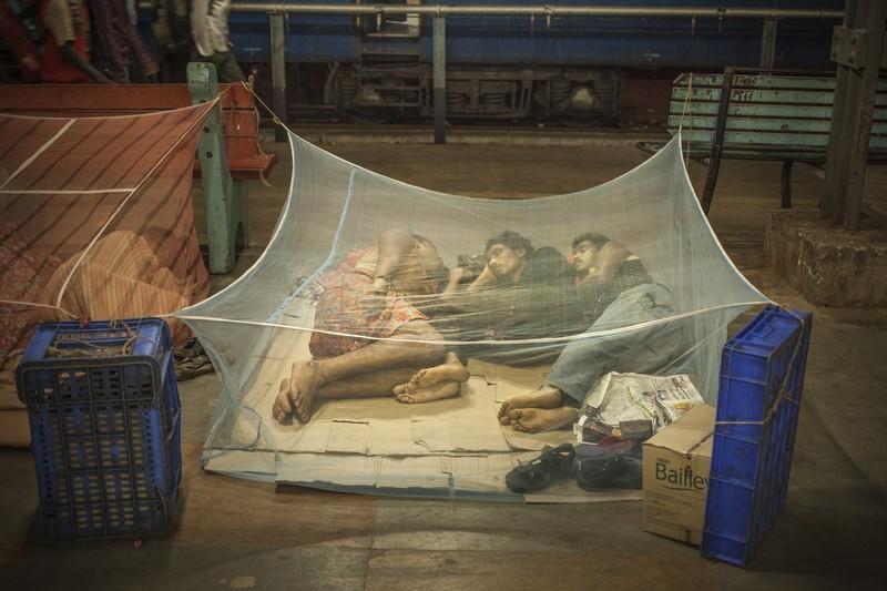 Indien / Tamil Nadu / Chennai Egal im welchem Ort Indiens sich ein Bahnhof befindet, man kann sich sicher sein, dass man Nachts nicht allein dort sein wird. Ob es Menschen sind die am nächsten Morgen einen Zug erwischen wollen; Passagiere, die auf einen Anschlusszug warten, der sich um mehrere Stunden, vielleicht auch Tage verspätet; Familien, die sich kein Hotel leisten können und keine Bekannten in der jeweiligen Stadt haben, Tagelöhner oder Obdachlose. Nächtliche Abfahrtszeiten sind Gang und Gäbe. Jeder sucht sich einen freien Fleck und richtet sich seinen Platz zurecht, ohne Brührungsängste - weder zu anderen Menschen oder schmutzigen Böden. Niemand stört sich an den Schlafenden, und die Schlafenden stören sich nicht an den Vorbeilaufenden. Auch nicht an der Kälte, dem Lärm, den Gerüchen oder dem Ungeziefer mit dem man sich sein Quartier teilt. Ein Großteil versucht sich auf Pappkartons etwas Komfort zu verschaffen, wer Glück hat, kann irgendwo ein Mosquitonetz beschaffen um wenigstens den abertausenden Mücken zu entfliehen.