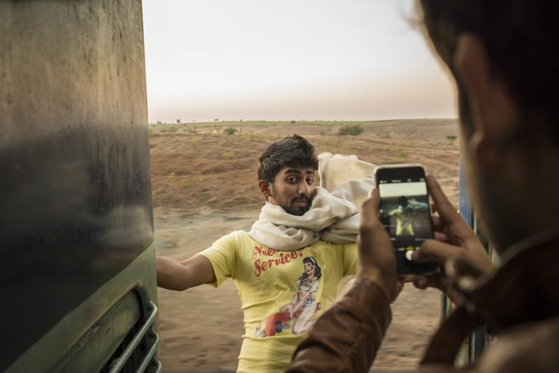 Indien / Kota Junction (Rajasthan) - Margao (Goa) Jährlich sterben tausende Inder durch Zugunglücke. Durch Zusammenstöße mit anderen Zügen, Fahrzeugen oder Tieren, Entgleisungen, beim Überqueren der Bahngleise und ein großer Teil von ihnen am eigenen Übermut. Ein Trend hat sich vor allem unter jungen Männern breit gemacht: Das Aufspringen auf fahrende Züge oder sich bei voller Fahrt soweit wie möglich aus den offenen Zugtüren hinauszulehnen. Schlimm geht es aus wenn dem Adrenalinrausch plötzlich Stromleitungen, Bäume oder eine Tunnelmauer im Wege sind.