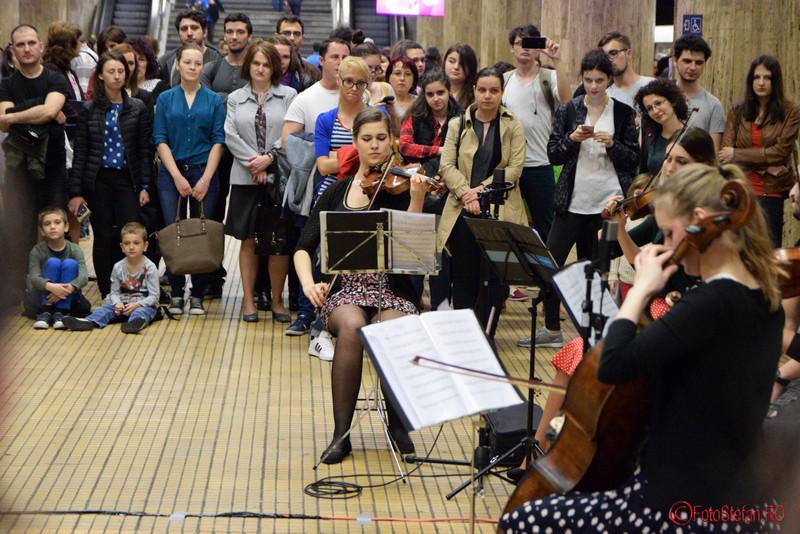 foto muzica clasica la metrou unirea bucuresti