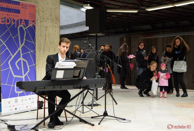 poza pianist concert muzica clasica metrou universitate bucuresti