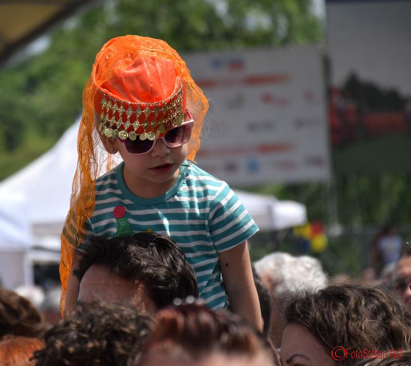 poza fetita port turcesc festival parcul titan