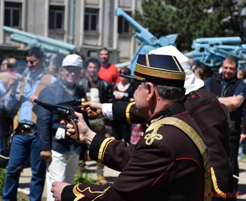 poza tragere demonstrativa revolver  curtea muzeului militar bucuresti