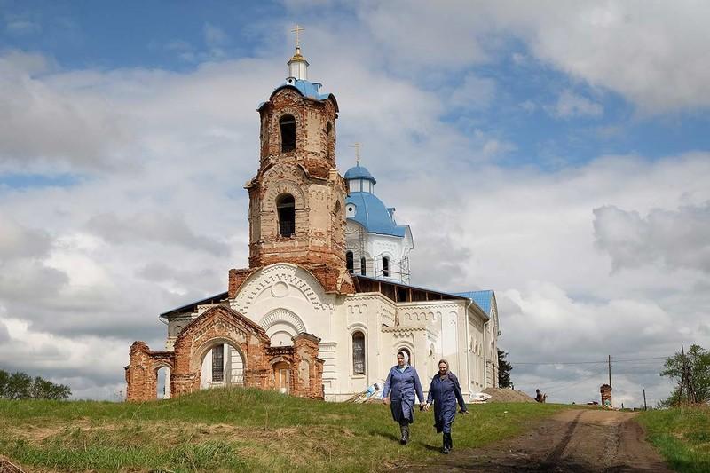 Anzhela Usmanova IAO poza biserica