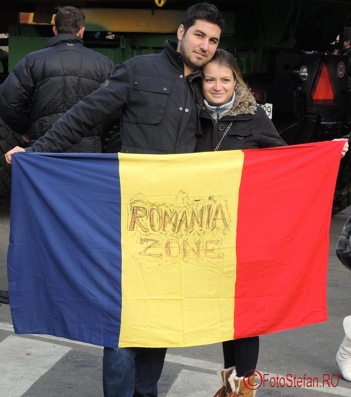 poza tineri steag tricolor romania