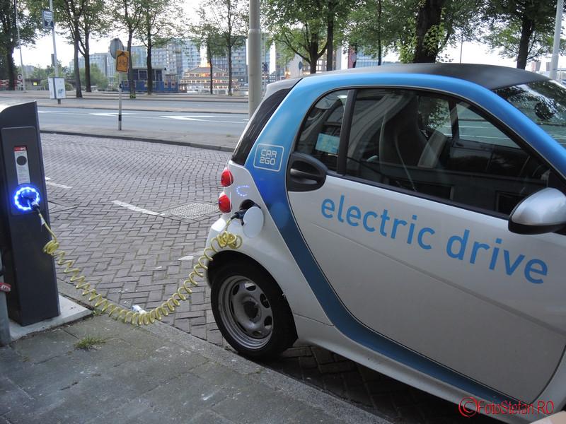 poza masina electrica Car2Go incarcare