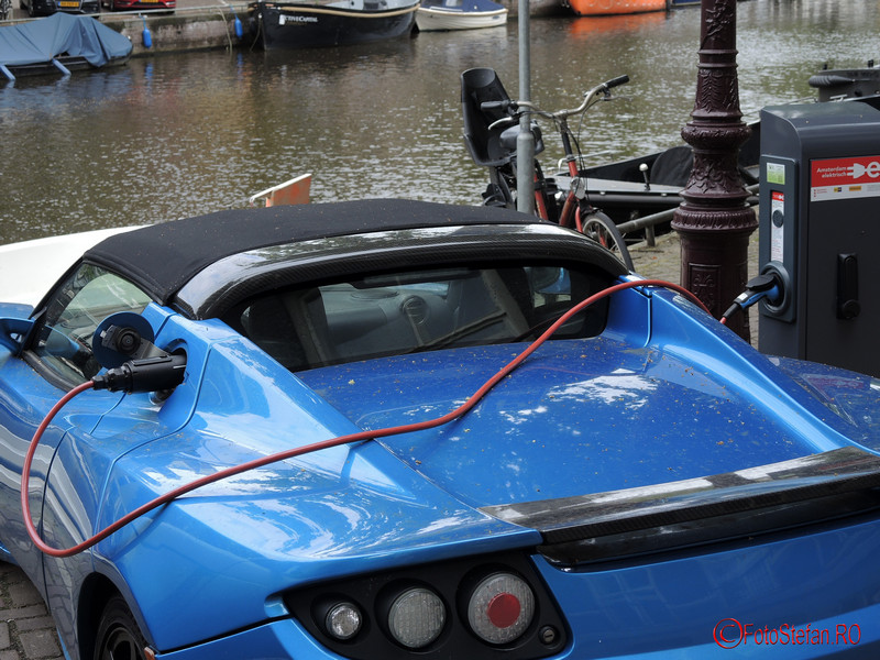 poza Tesla Roadster la incarcat