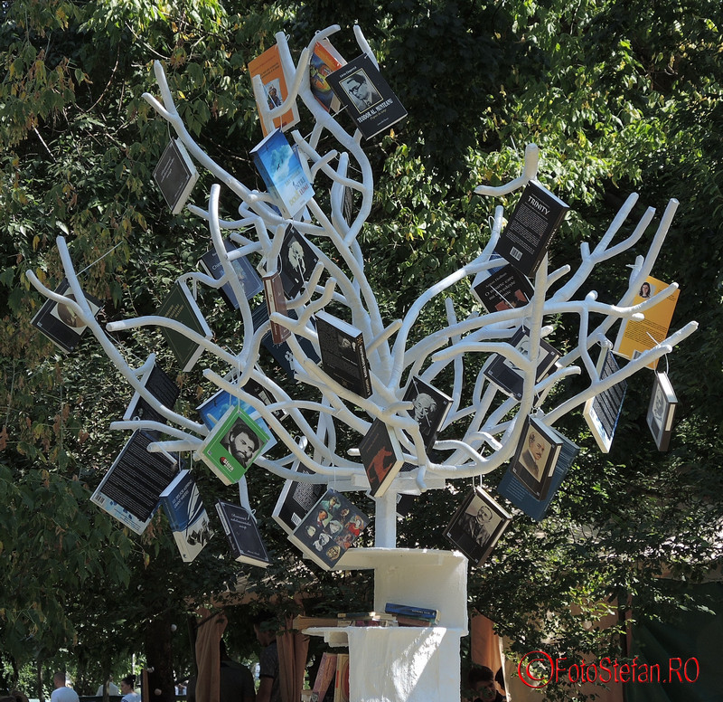poza copacul cu carti cismigiu bucuresti