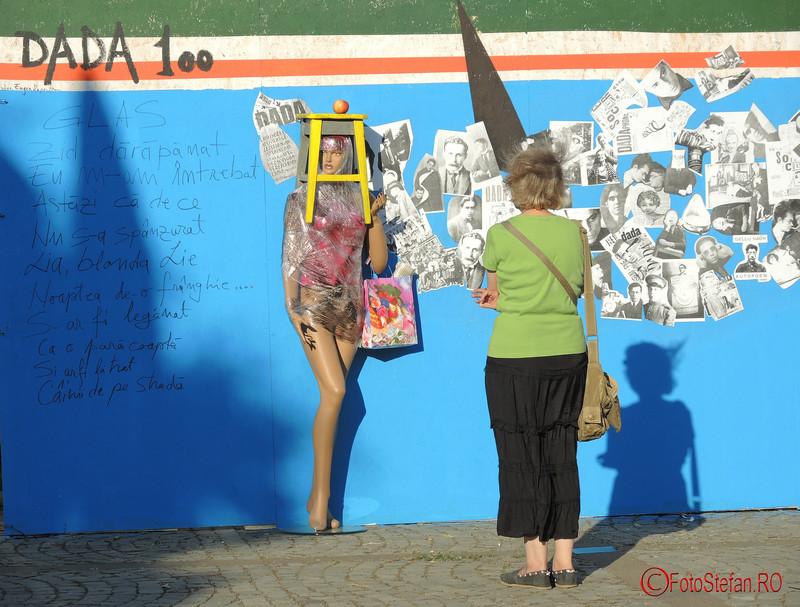 poza vizitator kulturama dada piata revolutiei bucuresti