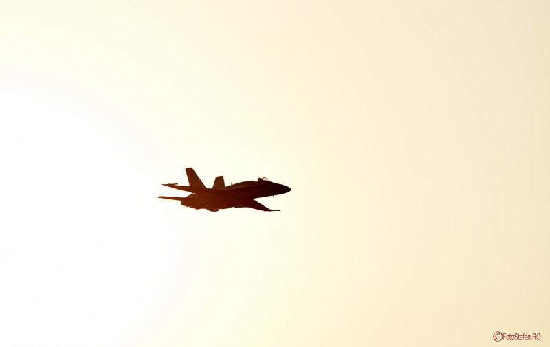 poza avion EF-18M Hornet apus aeroport aurel vlaicu bucuresti