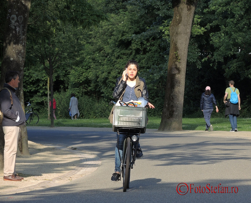 poza amsterdam biciclista vorbind la telefon