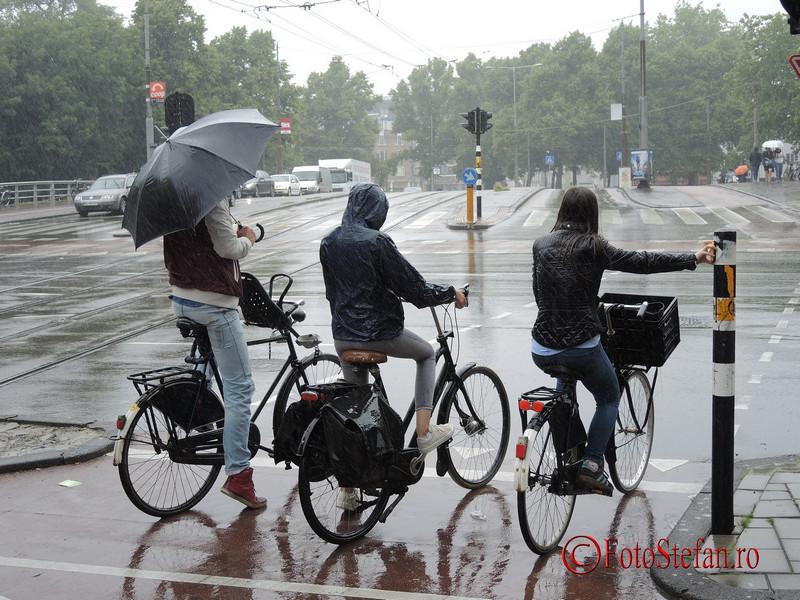 poza amsterdam biciclisti ploaie