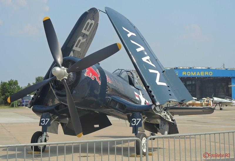 poza aripi stranse avion Chance Vought F4U Corsair
