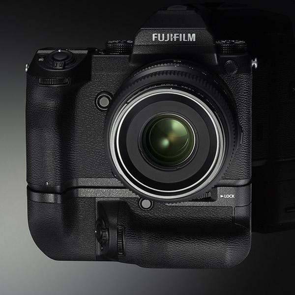 poza mirrorless Fujifilm GFX 50S grip