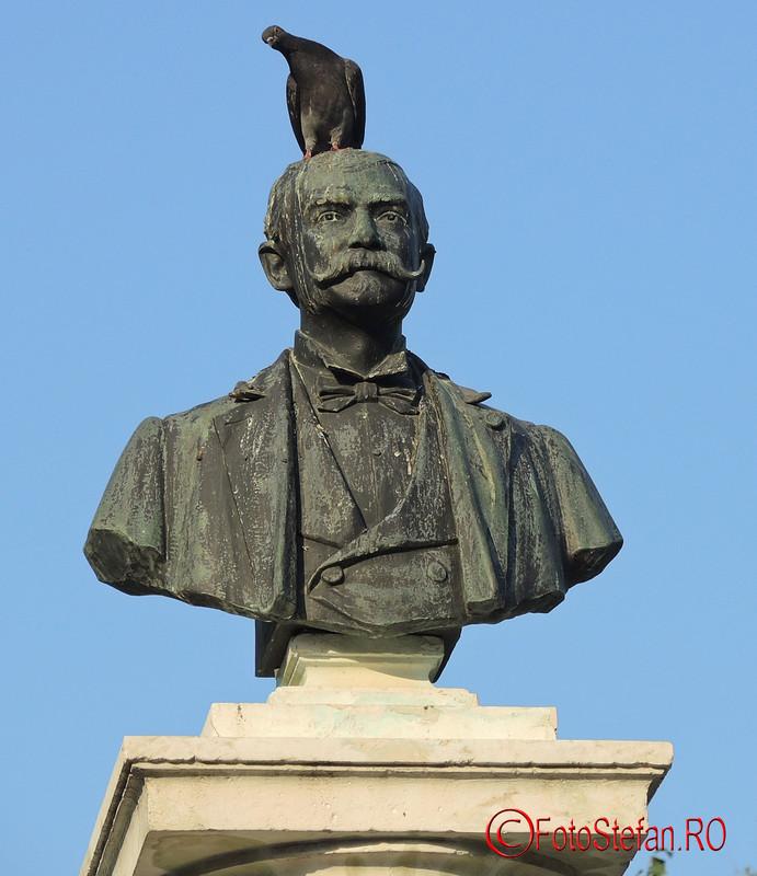 poza porumbel pe capul statuii Luigi Cazzavillan
