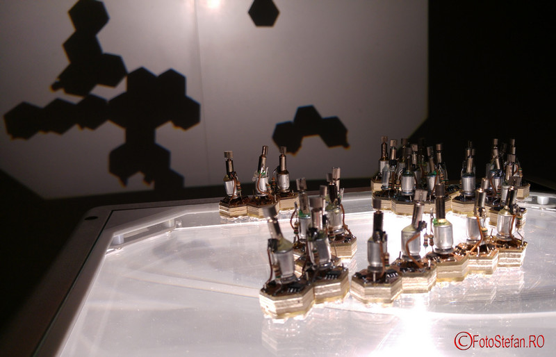 poza roboti Crystal Forming Robots on Overhead - Christian Faubel -Corpul Digital - BIDFF 2016