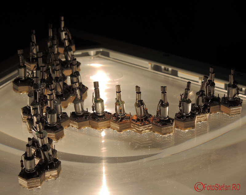 poze expozitia Crystal Forming Robots on Overhead galateca bucuresti