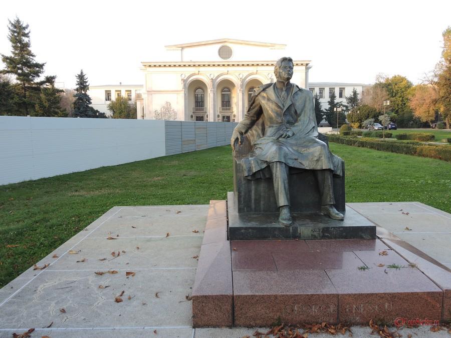 poza statuie george enescu opera bucuresti