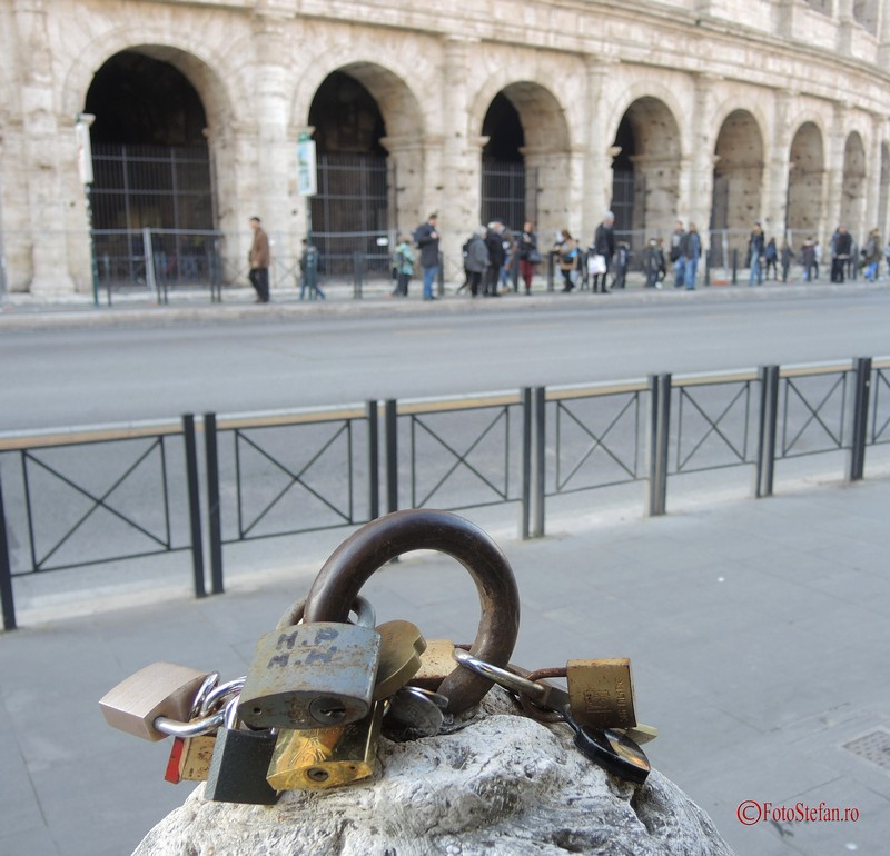 poze lacatele iubirii love locks roma italia coloseum
