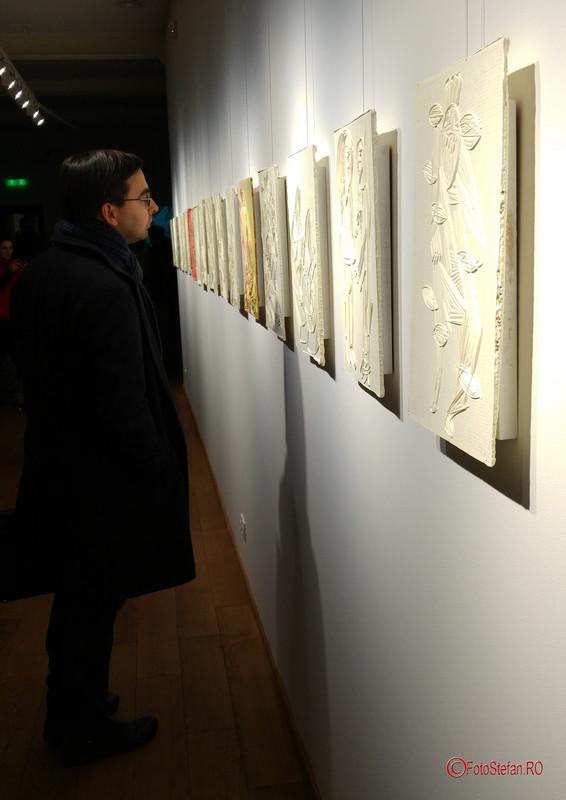 poza privitor expozitie arta arcub bucuresti