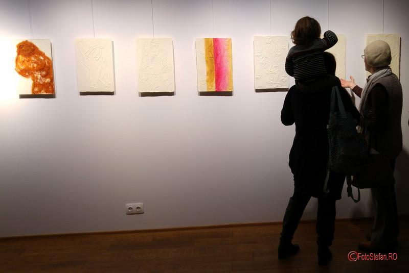 poza vizitatori expozitie arta arcub