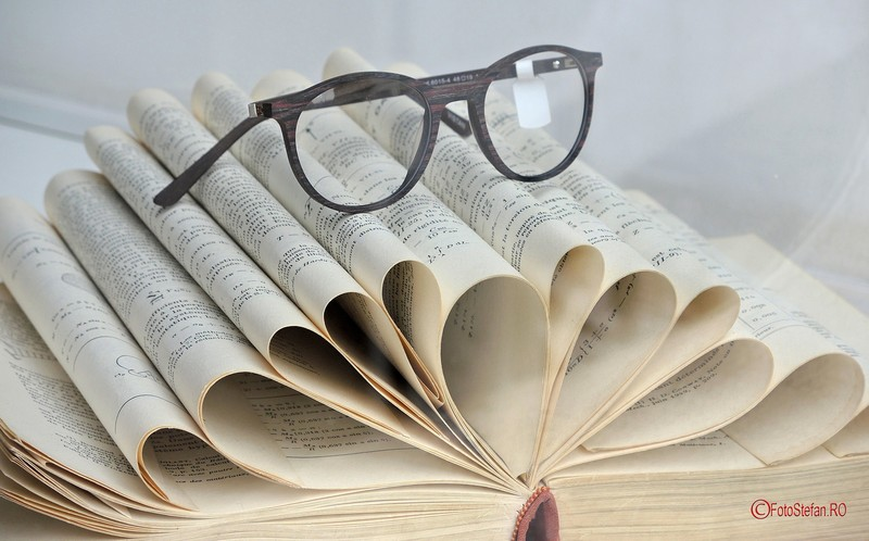 poza carte deschisa ochelari citit