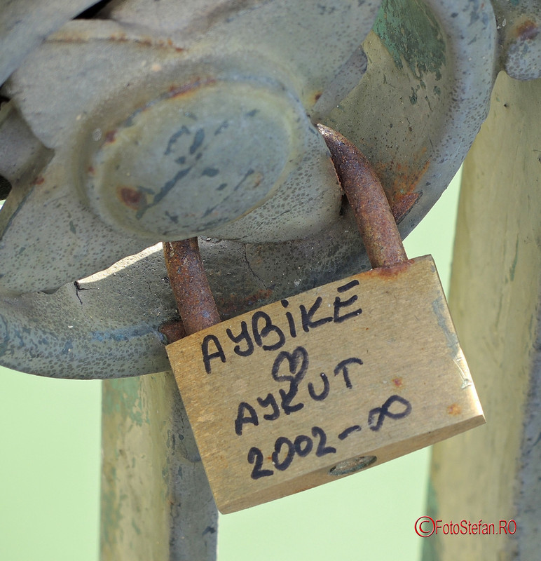 photo love lock bucharest romania