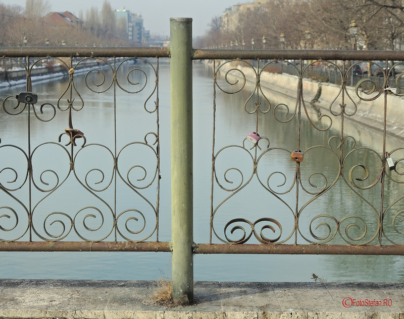 poza lacatele iubirii podul izvor bucuresti romania