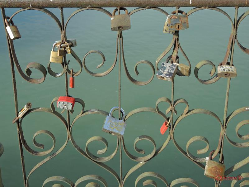 poze lacatele iubirii love locks bucuresti pod izvor