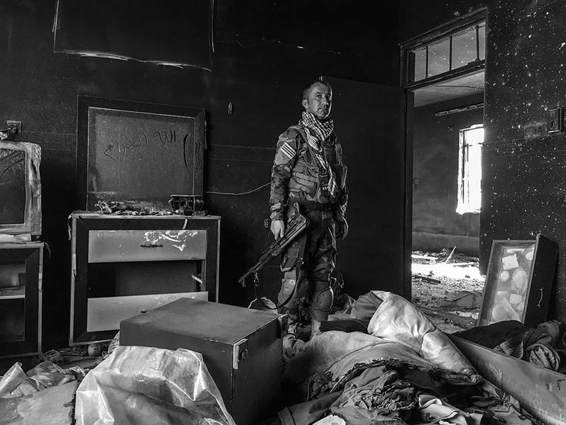 poza alb-negru soldat irak telefon mobil