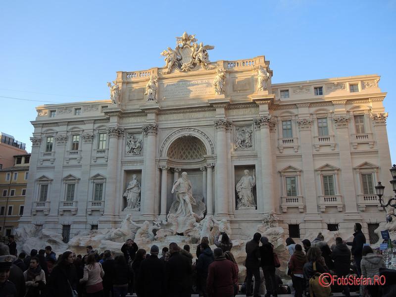 poza turisti Fontana di Trevi roma iarna decembrie