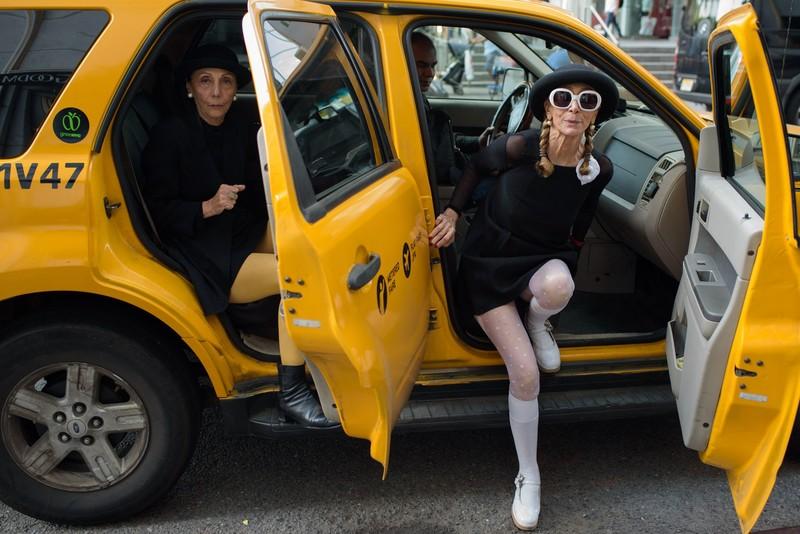 poza femei batarane imracaminte taxiu galben